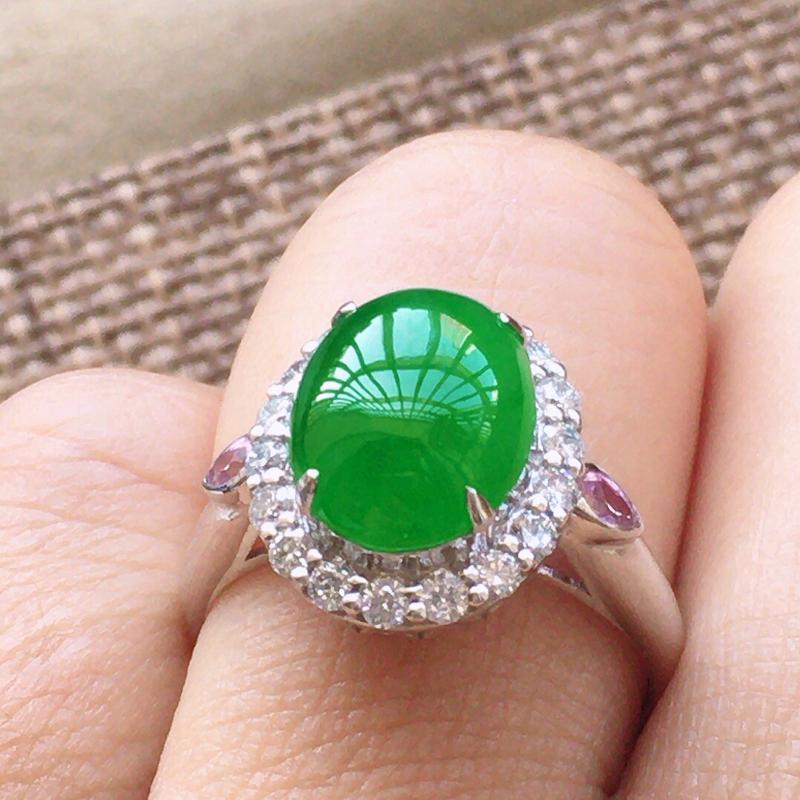 缅甸a货翡翠,自然光实拍,18K伴钻戒指,镶嵌阳绿蛋面起荧光,阳色漂亮,工艺佳,品质高档,包金尺寸: