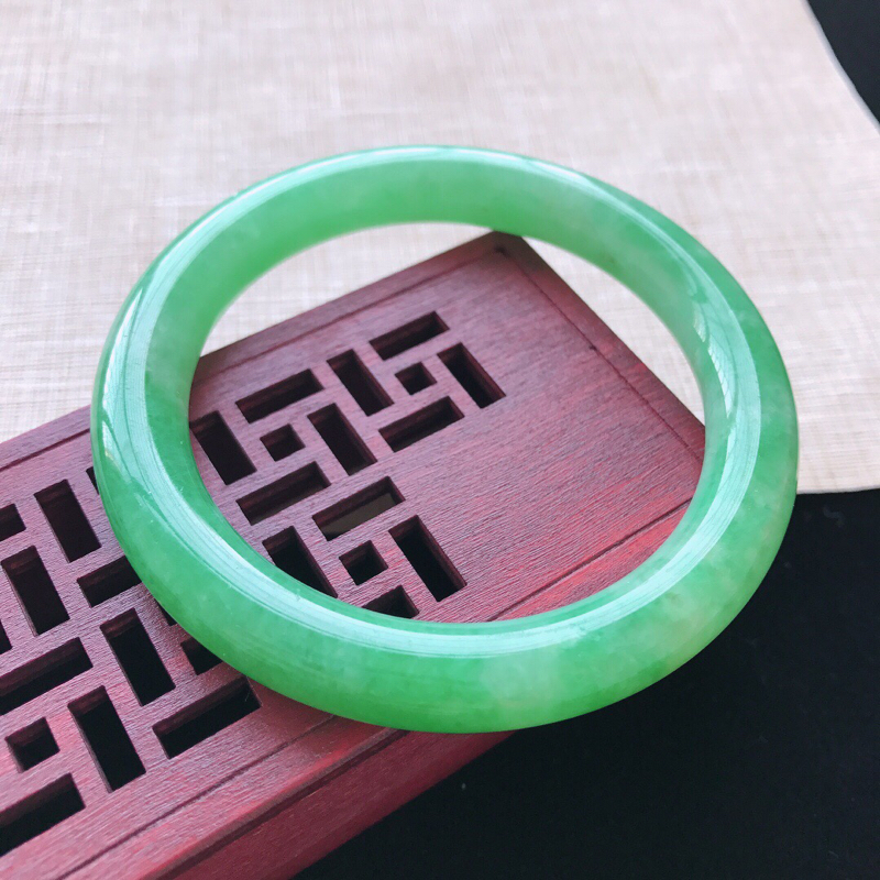 【原价3.7万元】*圆条:53.6。天然翡翠A货。糯化种满绿圆条手镯。色泽鲜艳,佩带奢华优雅。尺寸:
