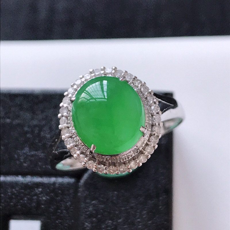 天然翡翠A货。冰糯种满绿蛋面戒指。圈口:17.5mm。18K金镶嵌伴钻。水润通透,色泽鲜艳。镶金尺寸