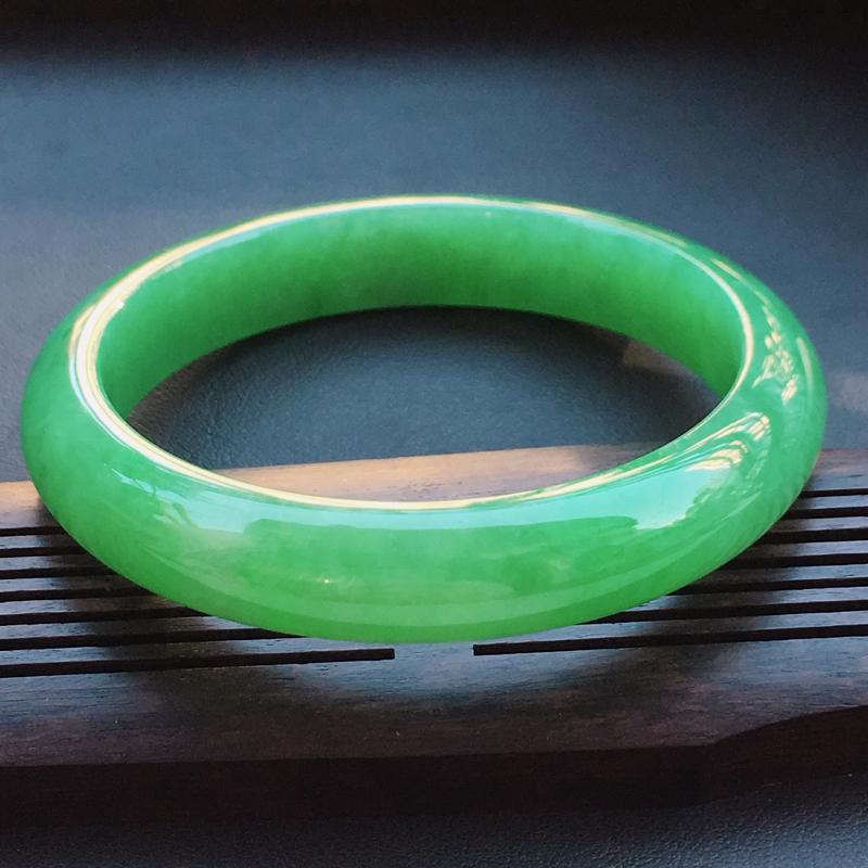 翡翠a货,糯种满绿精美正装翡翠手镯,圈口53.1/10.7/7.1,玉质细腻,底色漂亮,佩戴上手俱有