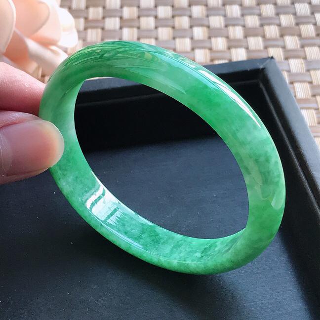 自然光拍摄 圈口55.4mm 糯种飘绿贵妃手镯C196 玉质细腻水润,条形大方,高贵优雅,端庄大气,
