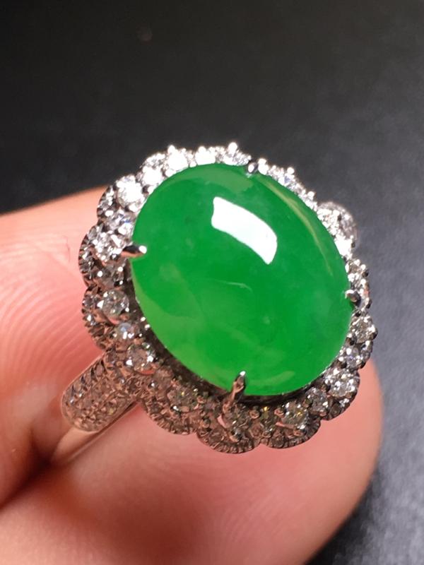 翡翠A货,阳绿蛋面戒指,18k金伴钻镶嵌,完美,种水超好,性价比高。整体尺寸:14.9*13.1*9
