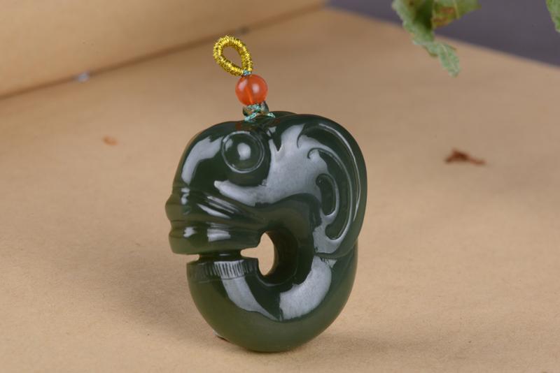 和田玉碧玉玉猪龙挂件吊坠 配装饰顶珠  克重:33.5g 尺寸:38/32/14mm