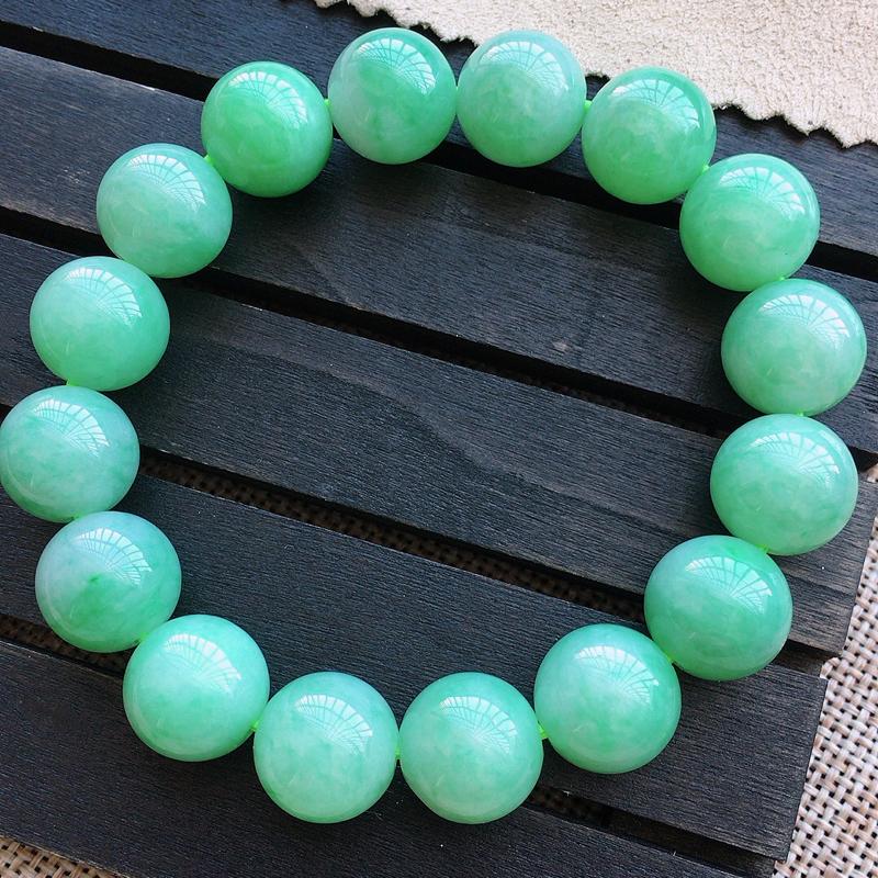 自然光实拍,缅甸a货翡翠,珠子手链,颜色漂亮,品质佳。