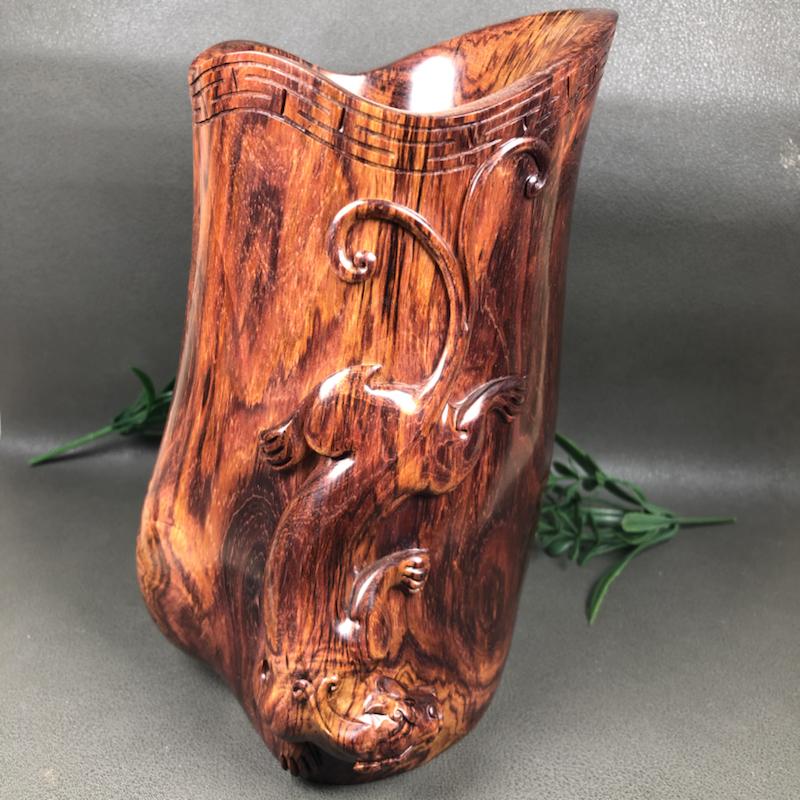 海南黄花梨老油梨,貔貅笔桶,摆件、水波纹,影子纹理。纯手工精雕,工艺精湛,物件生动形象、规格是:高1