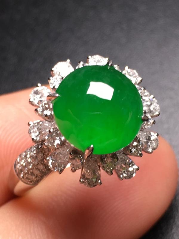 翡翠A货,阳绿蛋面戒指,18k金伴钻镶嵌,完美,种水超好,性价比高。整体尺寸:15*12.5