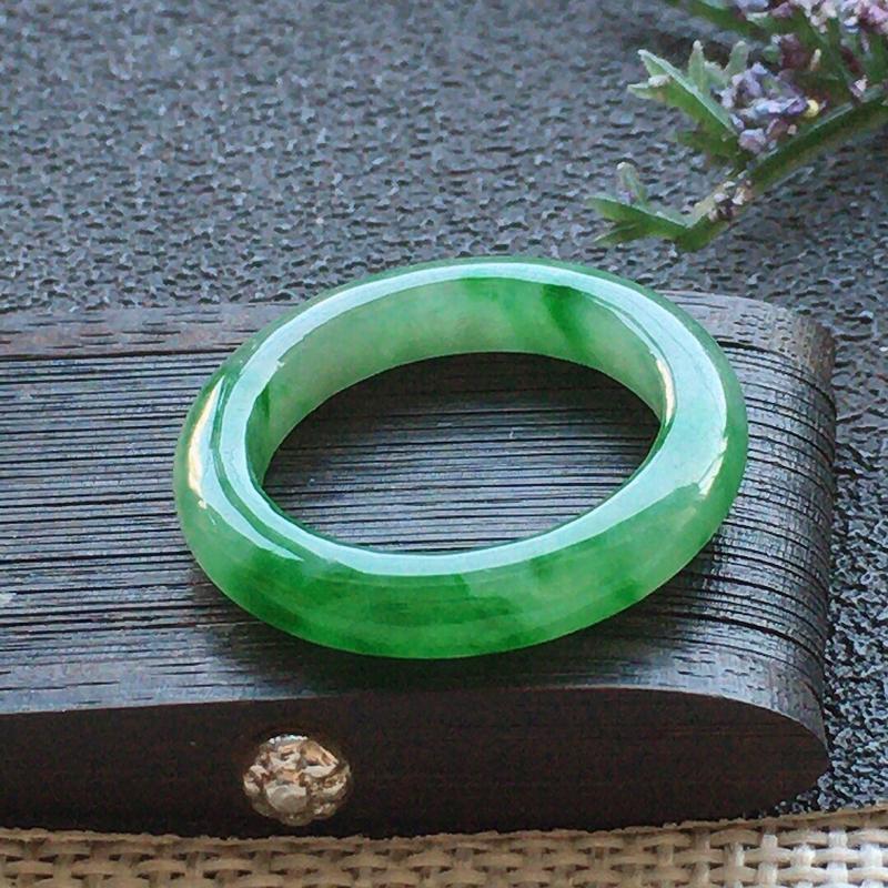 精品翡翠戒指,雕工精美,玉质莹润,尺寸:内径:15.9MM,玉:3.7*3.1MM,总质量:2.1g