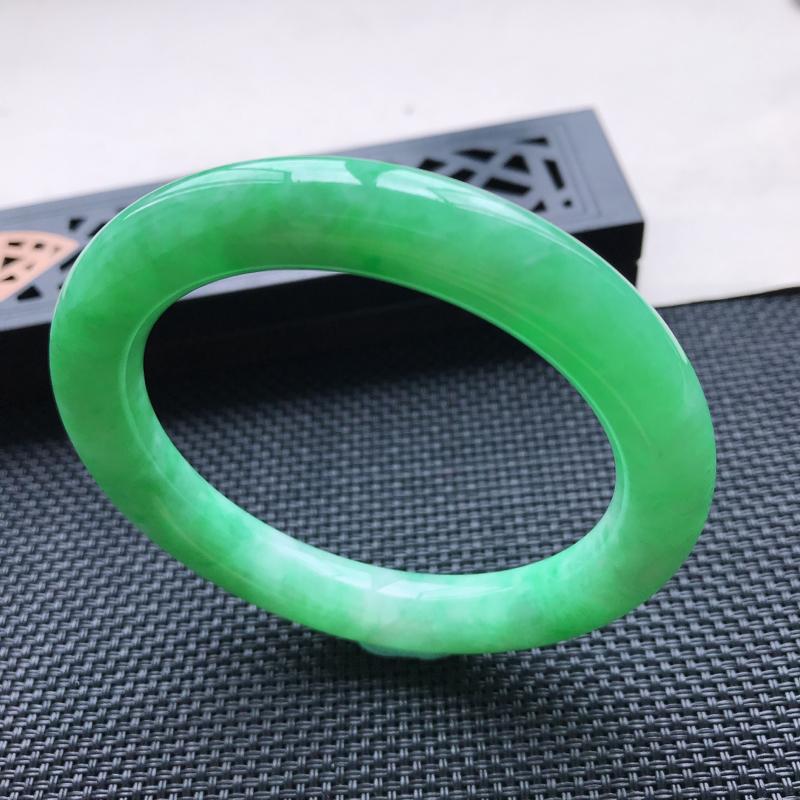 天然翡翠A货细糯种飘绿圆条手镯,尺寸56.5-10.3-10mm,有纹玉质细腻,种水好,胶感十足,底