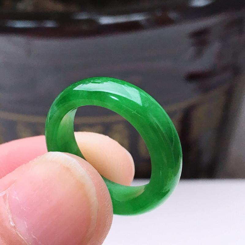 16.5圈口老坑满绿素面翡翠戒指,颜色均匀,无纹裂,16.5*5.8*3.2mm,重3.43g