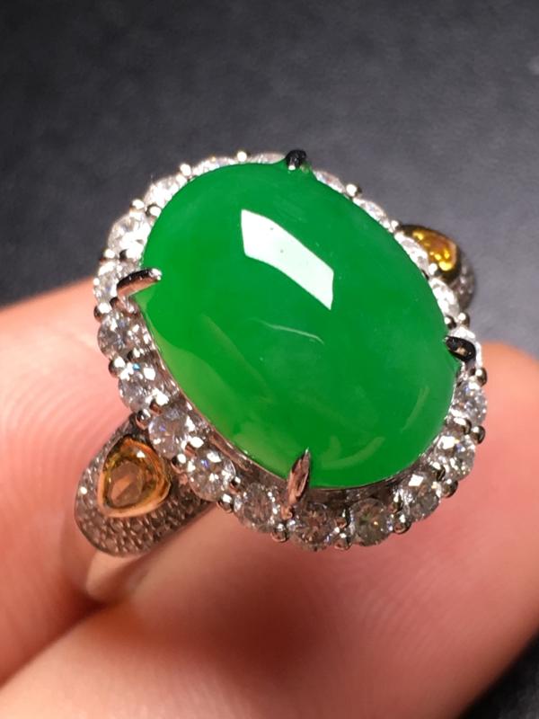 翡翠A货,阳绿蛋面戒指,18k金伴钻镶嵌,完美,种水超好,性价比高。整体尺寸:16*12.5*10.
