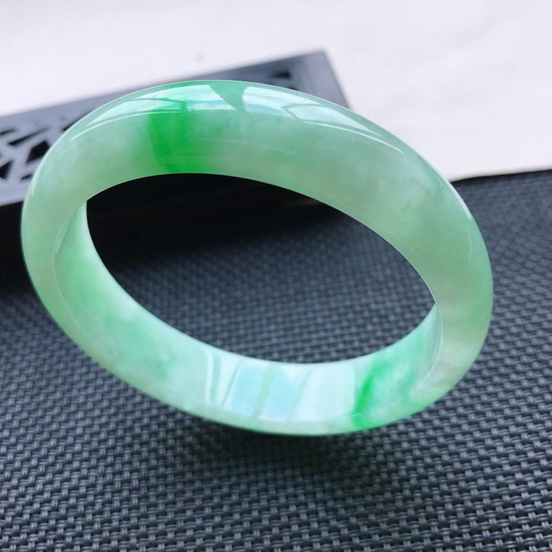 天然翡翠A货细糯种飘绿正圈手镯,尺寸58.6-13.8-6.9mm,有纹玉质细腻,种水好,胶感十足,