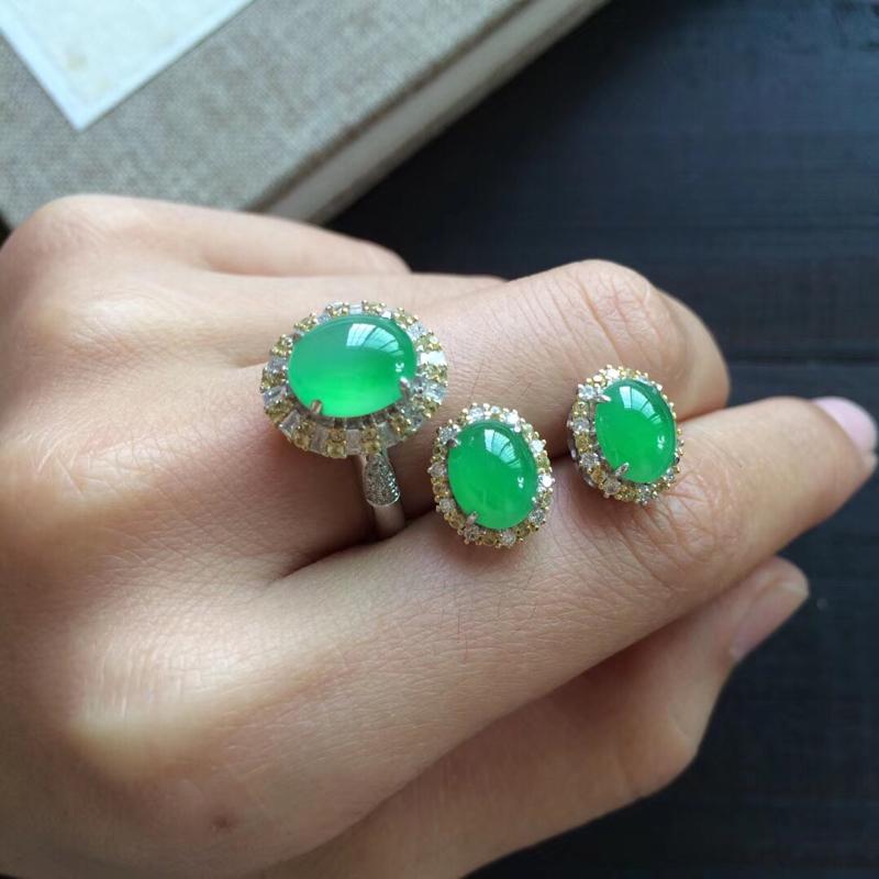 【原价3.6万元】*很漂亮的木纳甜绿,一套出,色泽漂亮清新,款式简单大方,戒指9.1-7.5-5,圈