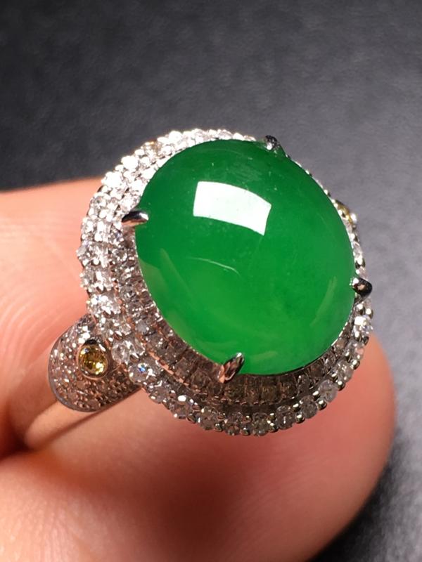 翡翠A货,满绿蛋面戒指,18k金伴钻镶嵌,完美,种水超好,性价比高。整体尺寸:14.8*13.1*9