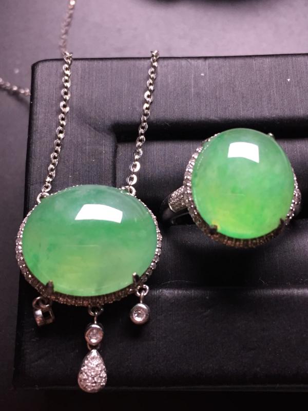 翡翠A货,果绿蛋面套装(锁骨链+戒指),18k真金真钻镶嵌,完美,种水超好,玉质细腻。链子整体尺寸: