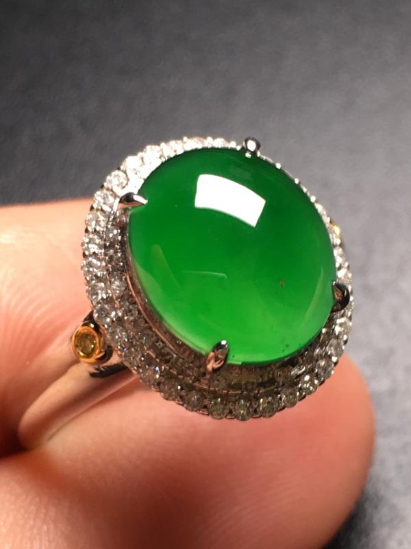 翡翠A货,满绿蛋面戒指,18k金伴钻镶嵌,完美,种水超好,性价比高。整体尺寸:14.6*13*9.6