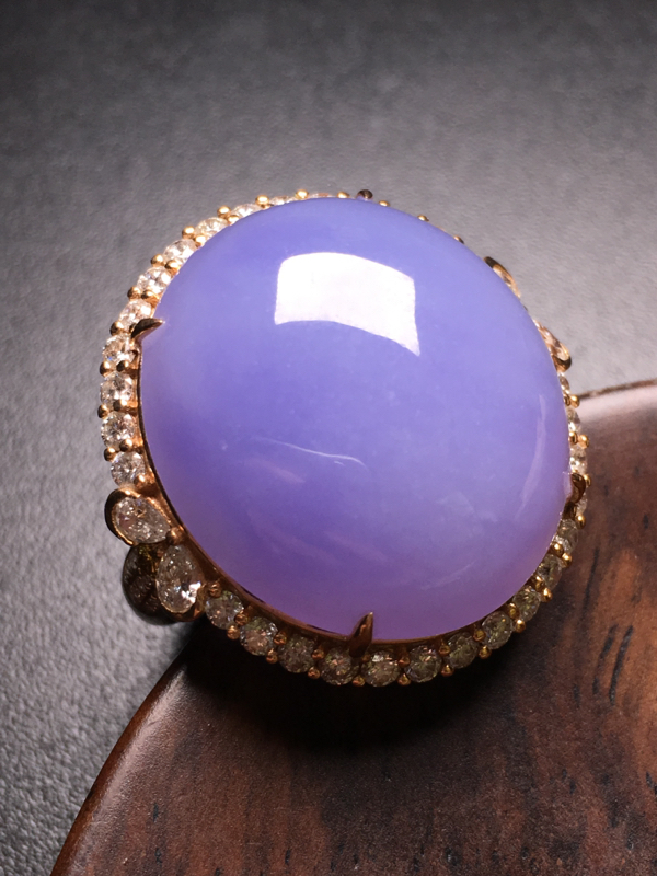 翡翠A货,紫罗兰蛋面戒指,18k金伴钻镶嵌,完美,种水超好,性价比高。整体尺寸:25.6*25*13