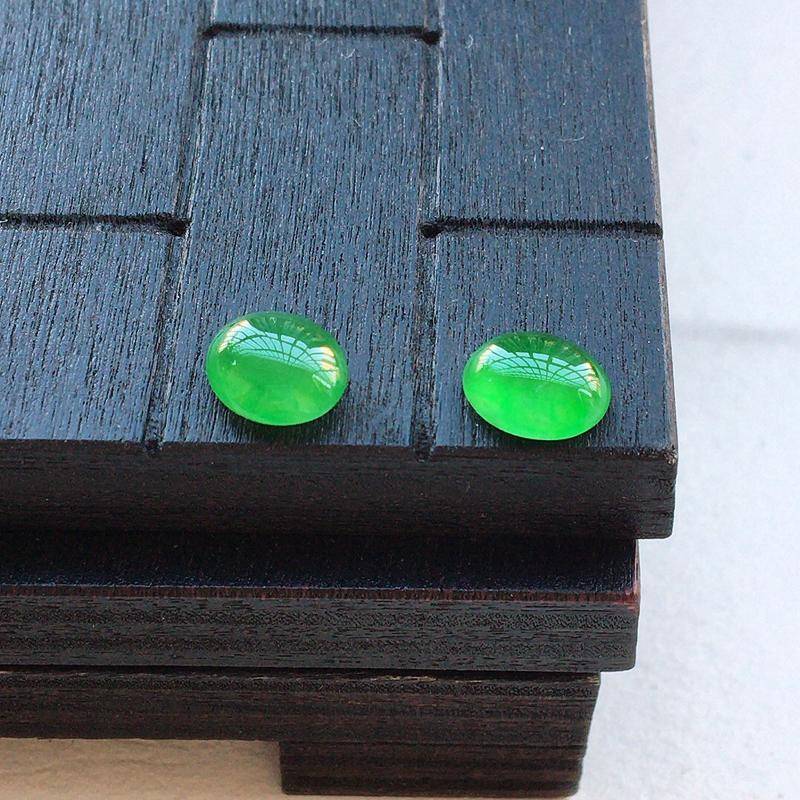 自然光实拍,缅甸a货翡翠,满绿蛋面一对,种水好,颜色漂亮,玉质莹润,镶嵌佳品