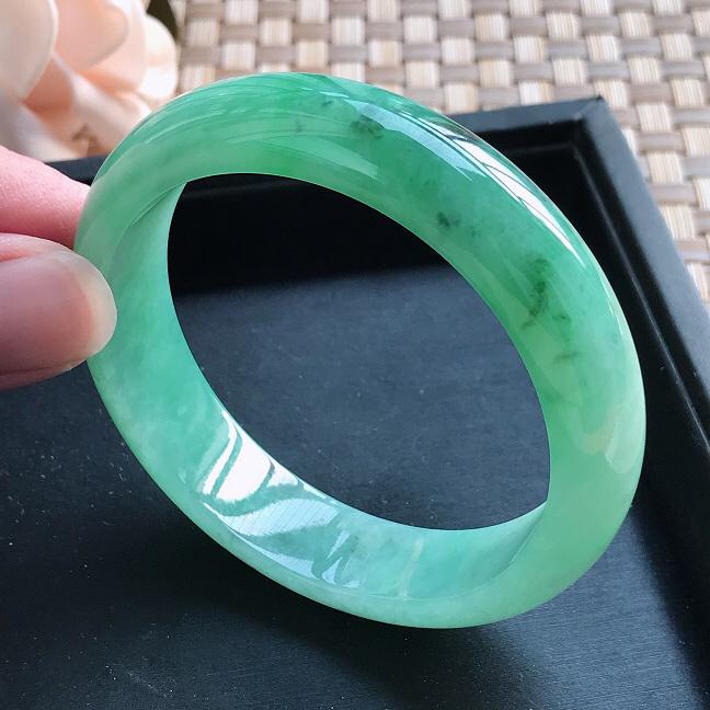自然光拍摄 圈口55.5mm 糯种飘绿正圈手镯C158 玉质细腻水润,条形大方,高贵优雅,端庄大气