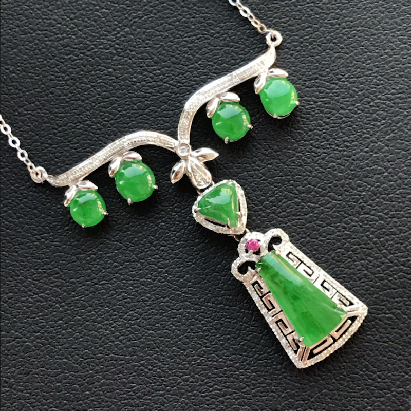 天然翡翠A货,18K金伴钻镶嵌,满绿特色款项链,高品质,色泽鲜艳,饱满圆润,玉质细腻,款式新颖独特,
