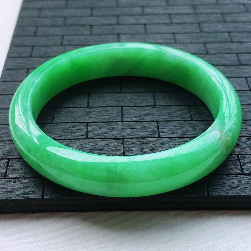 糯种阳绿贵妃手镯、圈口56.7/50/12/7.2、玉质细腻水润,条形大方,种水好,佩戴效果极佳,适