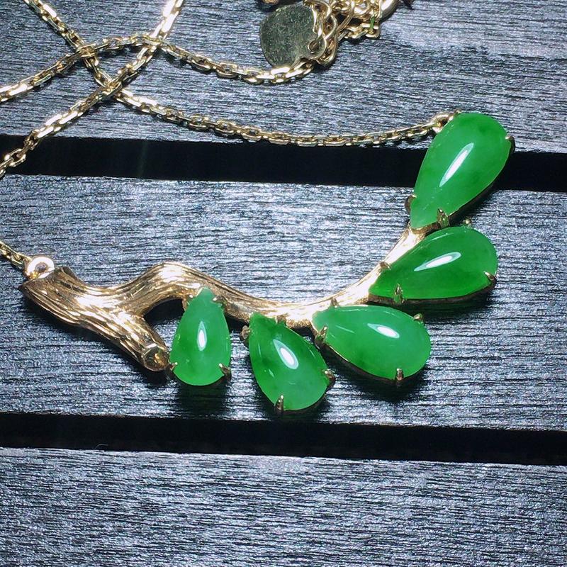 自然光实拍,缅甸a货翡翠,18k金镶嵌绿水滴锁骨项链,种水好,玉质细腻,颜色漂亮,款式新颖,时尚百搭