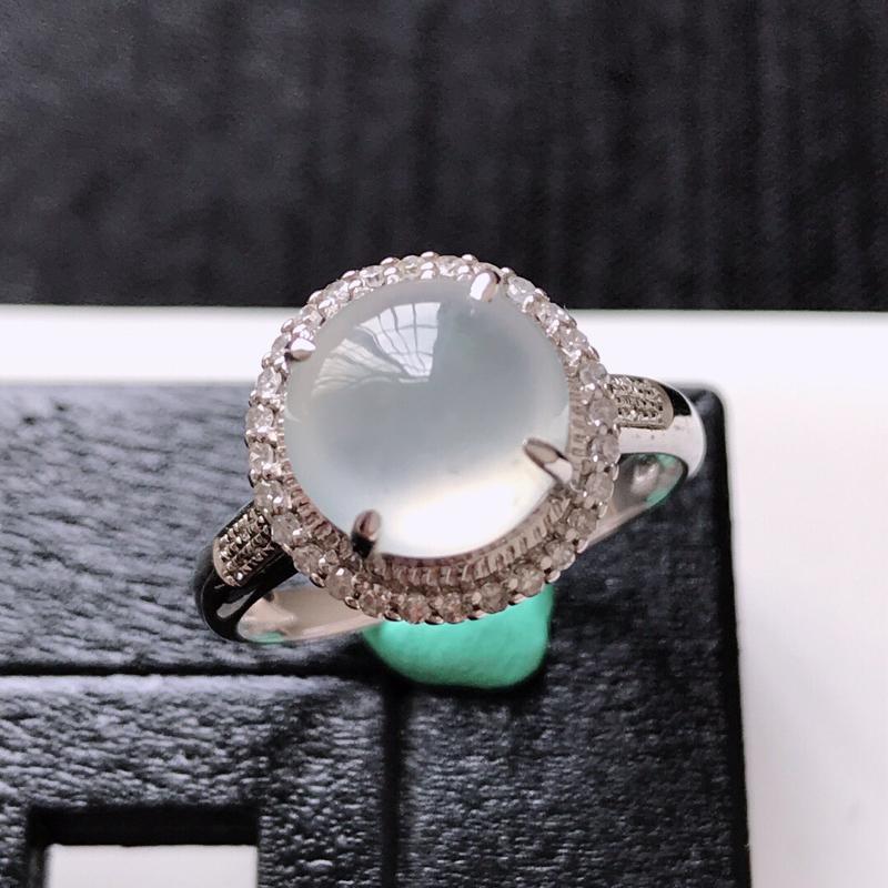 天然翡翠A货。冰种白冰蛋面戒指。圈口:17mm。18K金镶嵌伴钻。水润通透,品相极佳。镶金尺寸:12