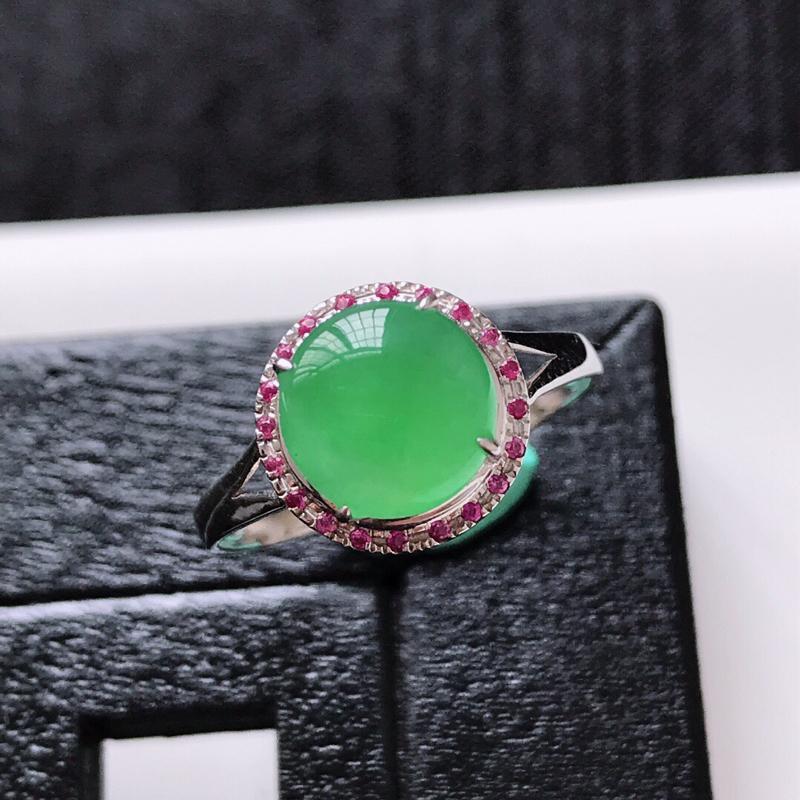 天然翡翠A货。冰糯种满绿蛋面戒指。圈口:17mm。18K金镶嵌。水润通透,色泽鲜艳。镶金尺寸:10*