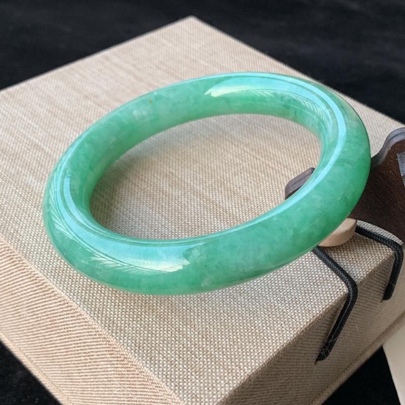 天然A货翡翠_水润满绿翡翠圆条手镯57.5mm,水润细腻,秀气清爽,迷人夺目,条形优雅,上手效果好