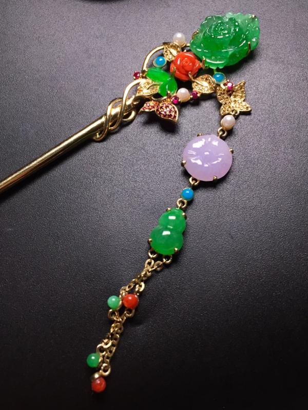 翡翠A货,五彩缤纷时尚发簪,18k真金真钻搭配珍珠绿松石镶嵌,完美,种水超好,玉质细腻。整体尺寸:4