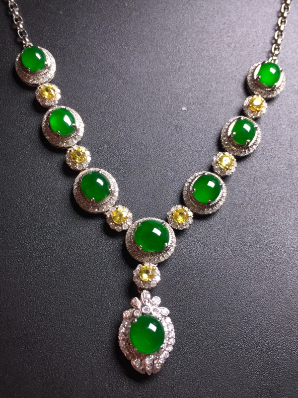 翡翠A货,满绿蛋面晚装项链,18k真金真钻镶嵌,完美,种水超好,玉质细腻。