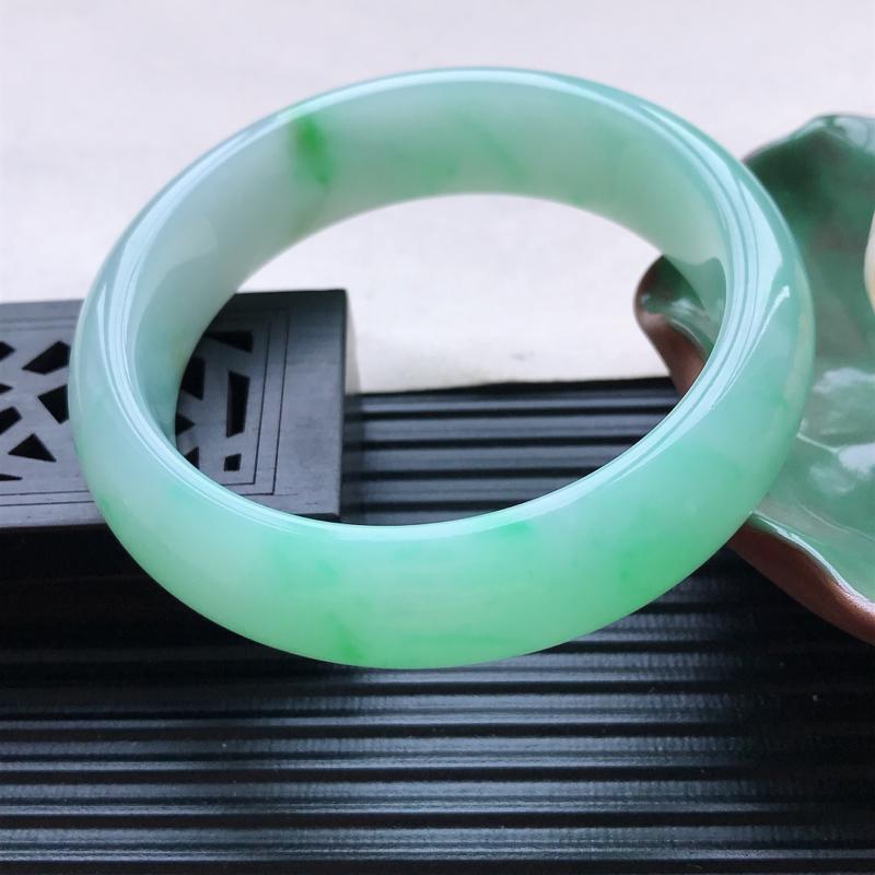 天然翡翠A货细糯种飘绿正圈手镯,尺寸58.4-16.4-8.7mm,玉质细腻,种水
