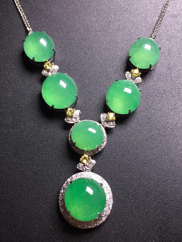 翡翠A货,果绿蛋面晚装项链,18k真金真钻镶嵌,完美,种水超好,玉质细腻。