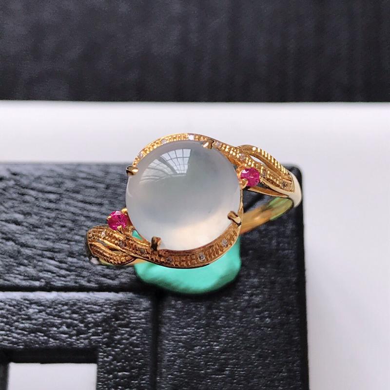 天然翡翠A货。冰糯种白冰蛋面戒指。圈口:17mm。18K金镶嵌伴钻。水润通透,款式新颖。镶金尺寸:1