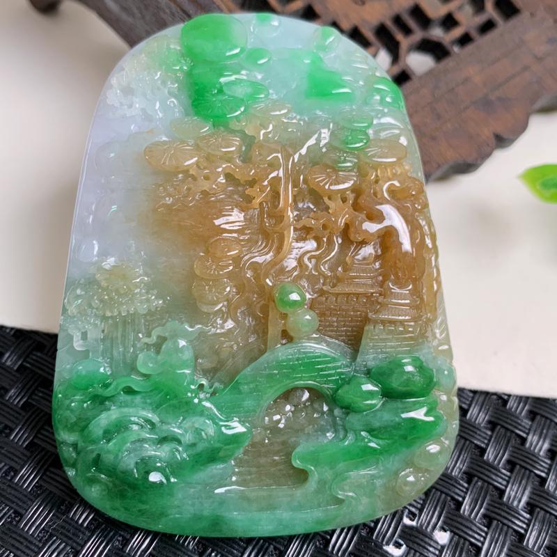天然翡翠A货_三彩山水牌挂件,玉质细腻,颜色艳丽,雕工精细,寓意佳,佩戴效果更佳