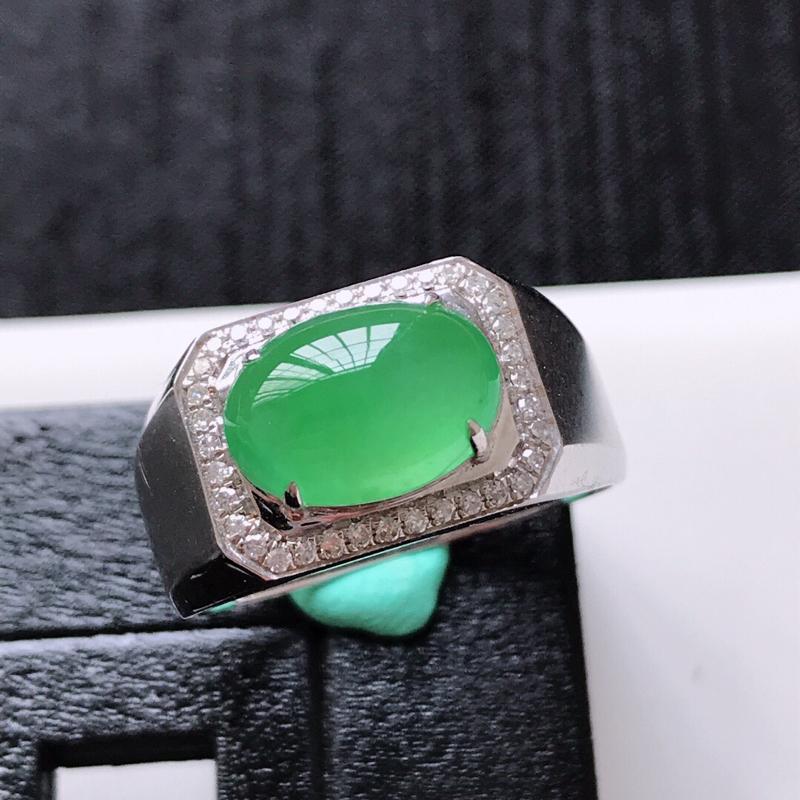天然翡翠A货。冰种满绿蛋面戒指。圈口:20mm。18K金镶嵌伴钻。水润起光,色泽鲜艳。镶金尺寸:11