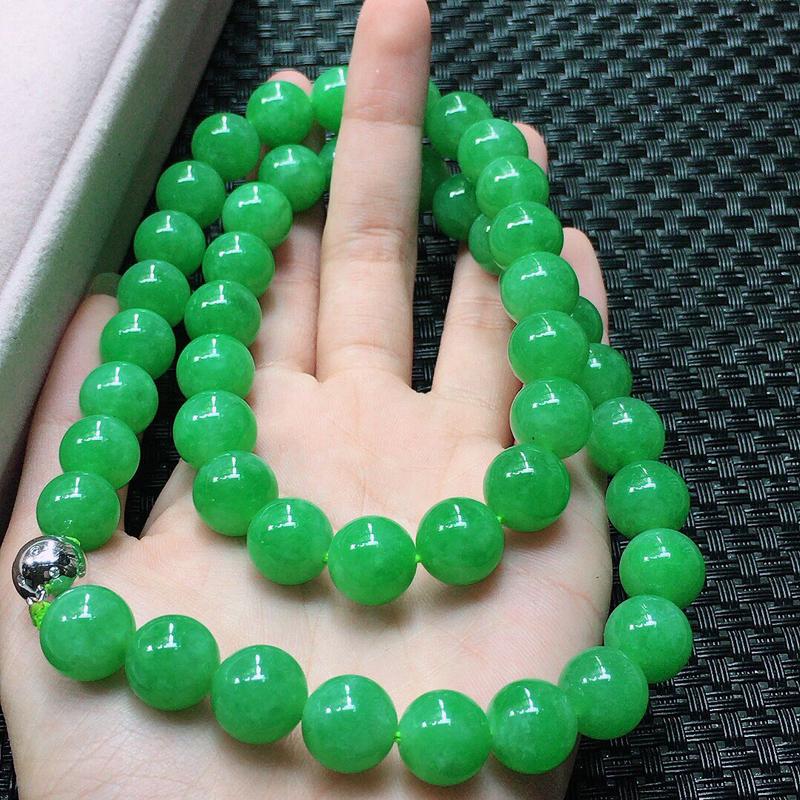 缅甸翡翠浅绿圆珠项链,自然光实拍,颜色漂亮,玉质莹润,佩戴佳品,单颗尺寸:12.1mm,47颗,重1