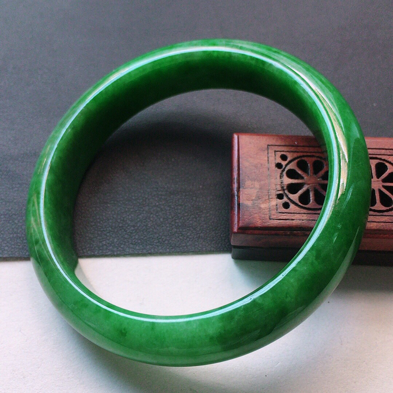 缅甸翡翠56圈口满绿正圈手镯,自然光实拍,颜色漂亮,玉质莹润,佩戴佳品,尺寸:56.4*13.2*9