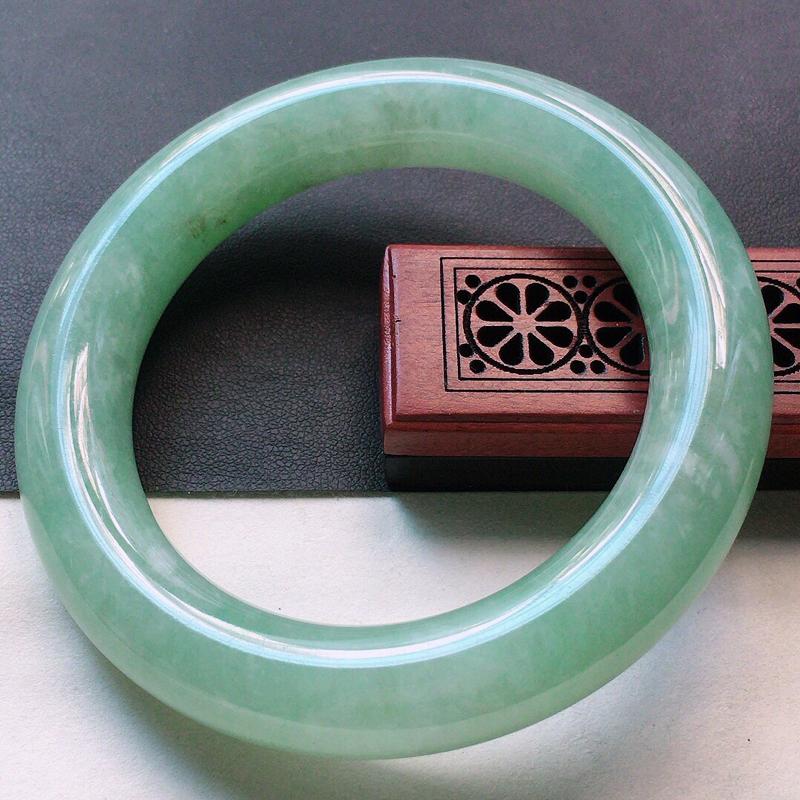 缅甸翡翠56圈口浅绿圆条手镯,自然光实拍,颜色漂亮,玉质莹润,佩戴佳品,尺寸:56.1*12.8*1