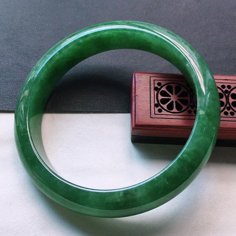 缅甸翡翠58圈口满绿正圈手镯,自然光实拍,颜色漂亮,玉质莹润,佩戴佳品,尺寸:58.4*13.3*9