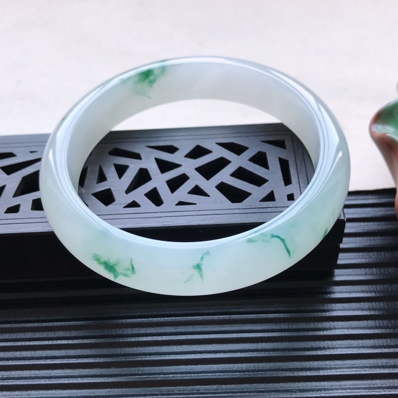 天然翡翠A货冰糯种飘花正圈手镯,尺寸57.7-12.5-7.4mm,玉质细腻,