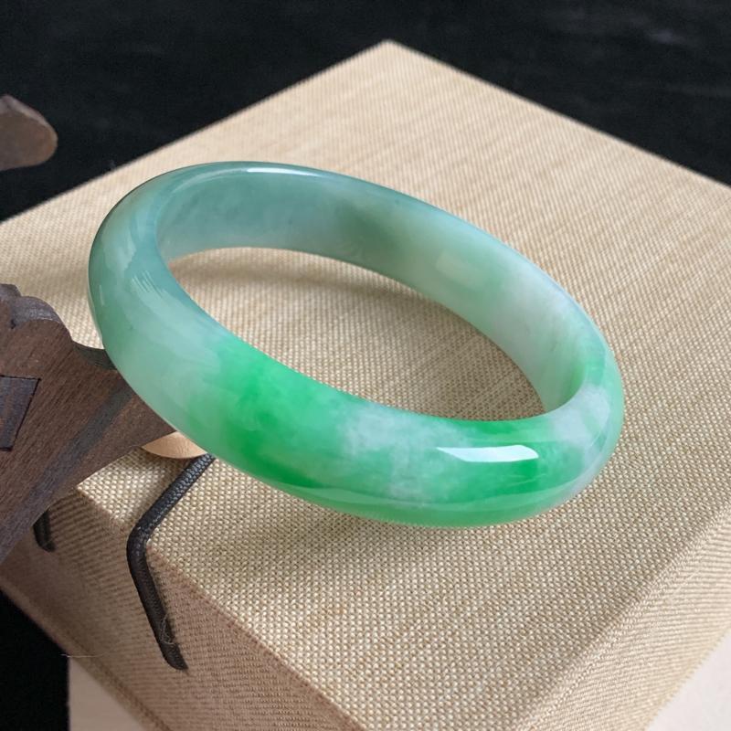 天然A货翡翠_水润阳绿翡翠正圈手镯56.5mm,水润细腻,色彩鲜艳,秀气清爽,迷人夺目,条形优雅,上