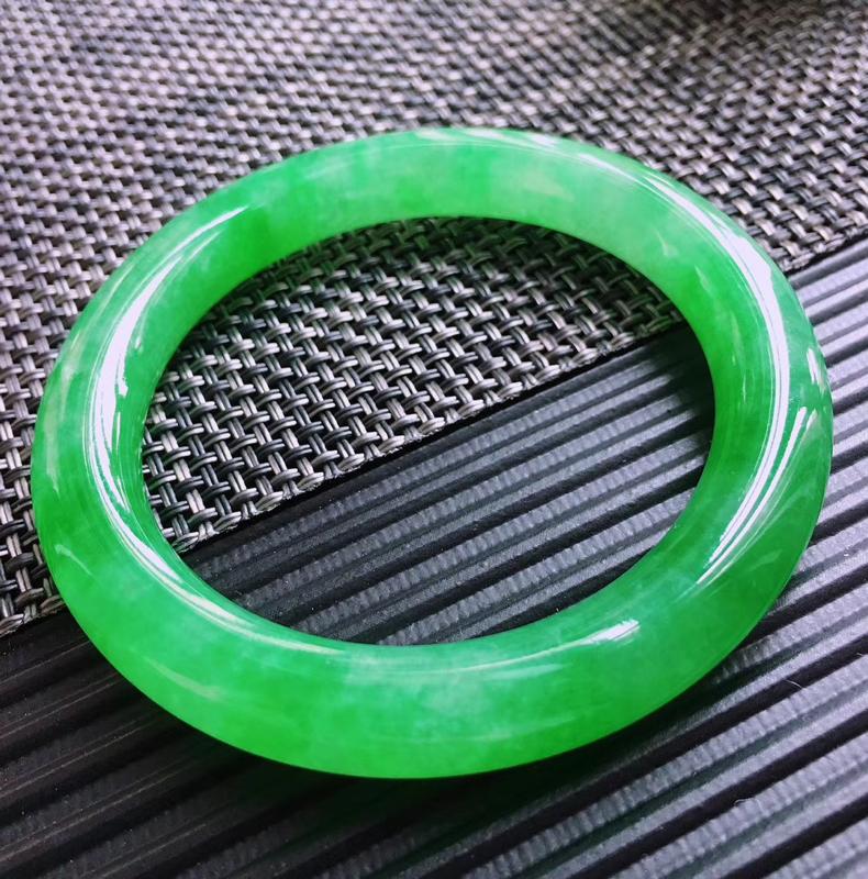 天然翡翠A货,规格52.5/9.2/9.5,起光老坑种辣绿圆条手镯,玉质细腻水润,一眼