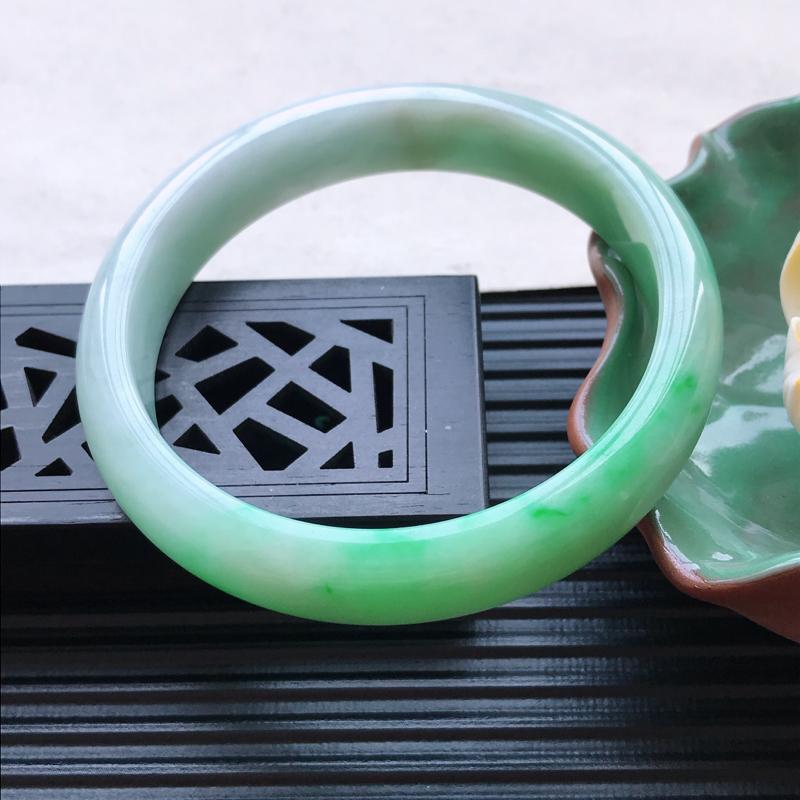 天然翡翠A货细糯种飘绿正圈手镯,尺寸58.2-12-7-mm,玉质细腻,种水好