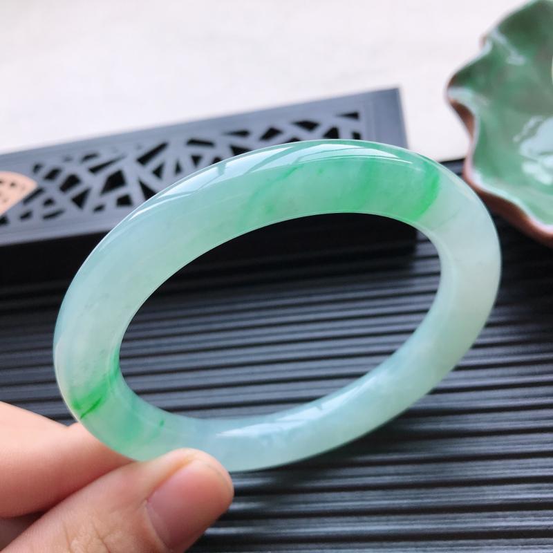 【天然翡翠A货冰糯种飘绿圆条手镯,尺寸57.7-9.8-9.4mm,有纹玉质细腻,种水好,胶感十足,底色好,上手效果漂亮】图5