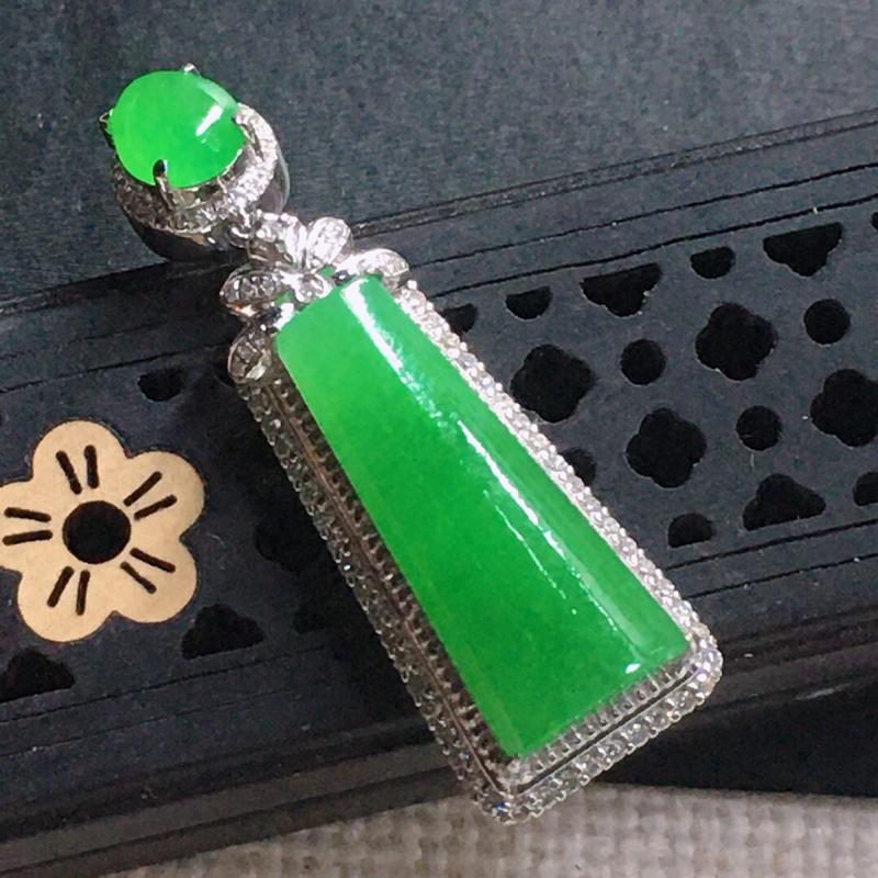 缅甸翡翠18k金围钻豪华镶嵌满绿素面牌吊坠,自然光实拍,颜色漂亮,玉质莹润,佩戴佳品,包金尺寸:35
