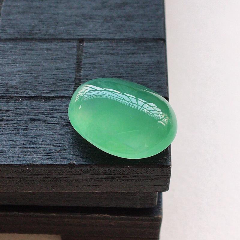自然光实拍,缅甸a货翡翠,满绿蛋面,种好细腻,颜色漂亮,玉质莹润,形体饱满,镶嵌效果好