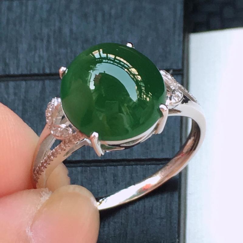 翡翠a货,18K金伴钻冰糯种满绿精美蛋面翡翠戒指,玉质细腻,底色漂亮,上身高贵,尺寸连金11.2/1