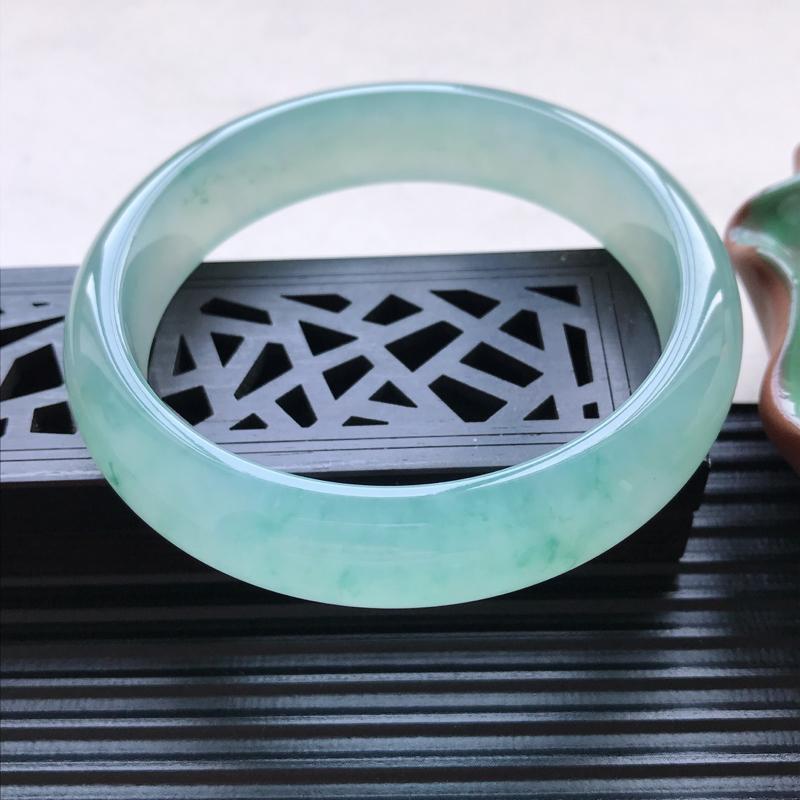天然翡翠A货细糯种飘绿正圈手镯,尺寸58.8-14-7.4mm,玉质细腻,种
