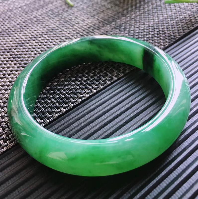 天然翡翠A货,规格56.2/13.2/8.3,起光老坑种飘绿正圈手镯,颜色鲜艳,上手好看