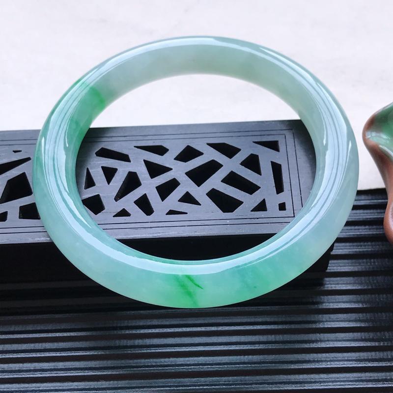 【天然翡翠A货冰糯种飘绿圆条手镯,尺寸57.7-9.8-9.4mm,有纹玉质细腻,种水好,胶感十足,底色好,上手效果漂亮】图3